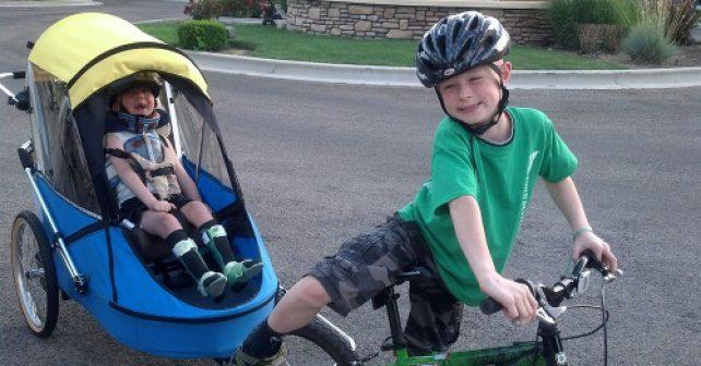 Obdivuhodný výkon osmiletého chlapce, který absolvoval triatlon se svým postiženým bratrem