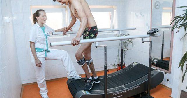 """""""Teď už mi boty vydrží dlouho,"""" říká sedmnáctiletý Vojta, kterému CI terapie pomohla opět normálně chodit"""