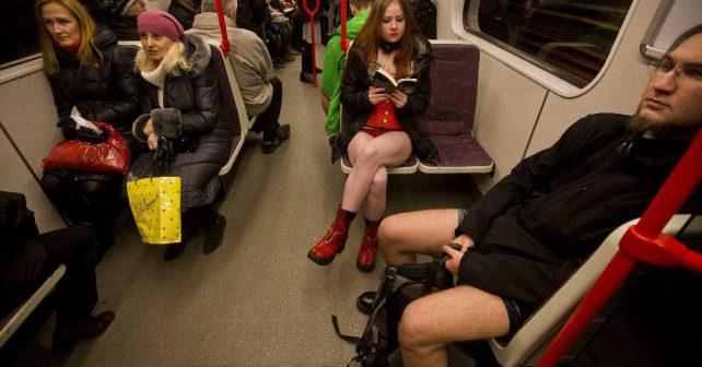 """Do metra bez kalhot? Na mezinárodní den zvaný ,,No Pants Day"""" povoleno"""