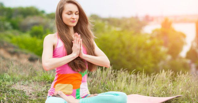 Do Mezinárodního dne jógy se zapojili všichni. Cvičilo se v ulicích, tělocvičnách i na zámecké podlaze
