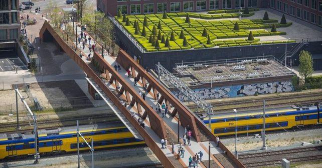 Idylka v centru města: most nad železnicí se proměnil v městský park