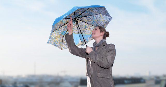 Jak nezmoknout a zároveň se neztratit? V Německu vytvořili originální deštník s mapou
