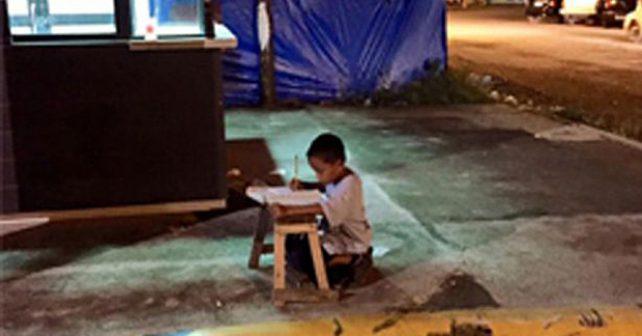 Fotografie hocha bez domova obletěla svět. Lidé rodině posílají peníze na jeho studium