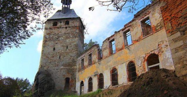 Na hradě Hartenberg pomáhají dobrovolníci ze zahraničí
