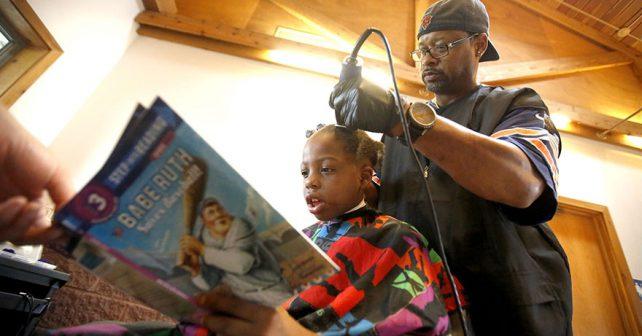 Kadeřník zdarma stříhá děti, které mu při tom čtou z knížky