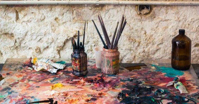 Bangladéšský umělec proměňuje pardubickou zeď v umělecké dílo