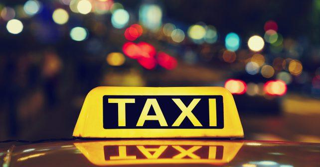 Speciální SPZ a ceník na dveřích. Situace s pražskými taxíky se mění k lepšímu