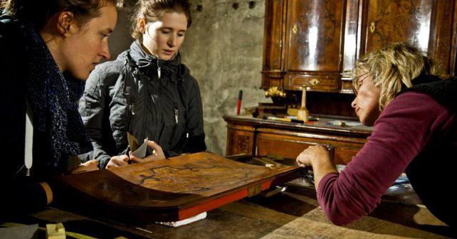 Čeští a němečtí studenti společně zachraňují barokní mobiliář