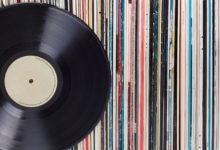Staré gramofonové desky přetváří na stylové hodiny