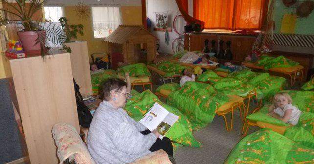 Pardubické babičky čtou dětem ve školce pohádky před spaním