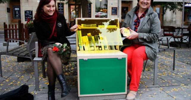 Brňané si nově mohou posedět a počíst na literárních lavičkách