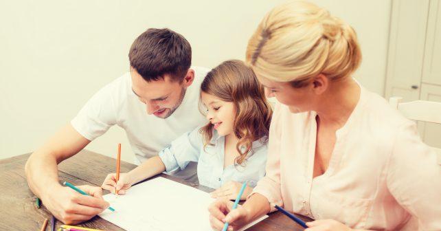 Děti pečujících a méně kontrolujících rodičů mají v dospělosti šťastnější život