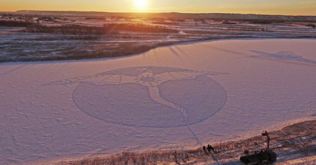 Muž ve sněhu vyšlapal obrovskou malbu draka