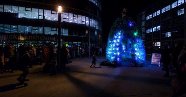 V Praze vyrostl strom z PET lahví. Upozorňuje na význam recyklace