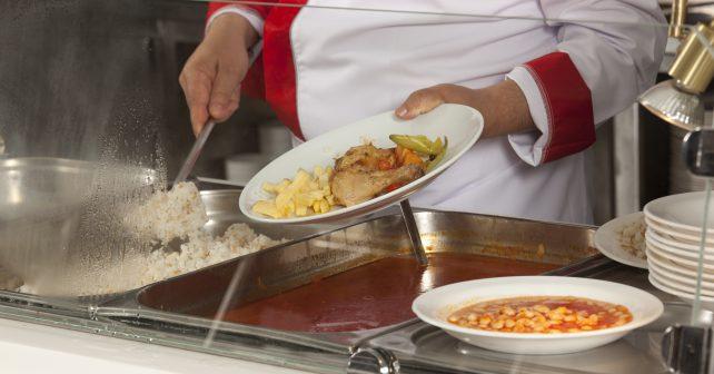 Děti z chudých rodin dostanou příspěvek na školní obědy