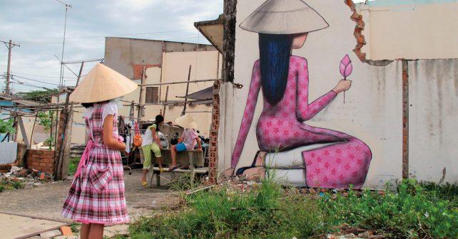 Francouz mění zašedlé budovy v obrovské barevné obrazy