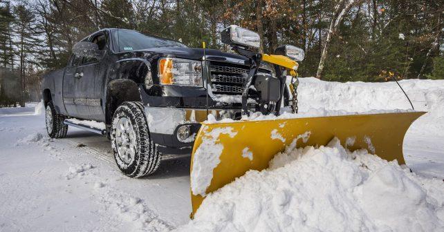 Muž proměnil svůj invalidní vozík ve sněžný pluh a pomáhá spoluobčanům