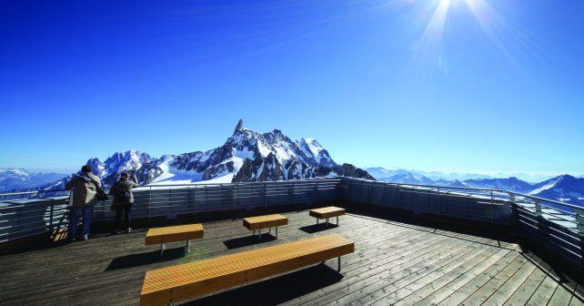 Jeden z vrcholů Alp zdobí lavička od českých designérů