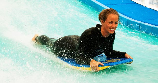 Nadšenci surfování mohou nově navštívit areál s umělou vlnou v Letňanech