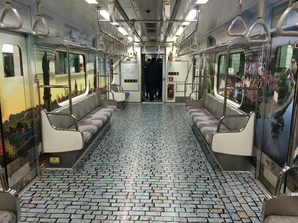 V korejském Soulu lákají polepené vagony na Moravu