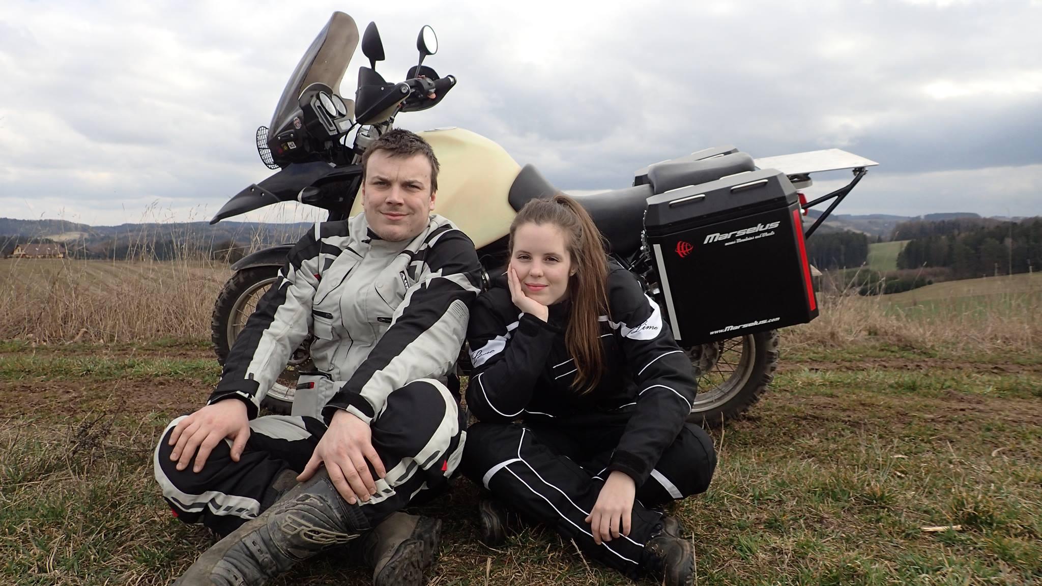 Přestaňte se bát a jděte za svými sny, vzkazuje duo WayAway, které vyráží na motorkách na cestu kolem světa