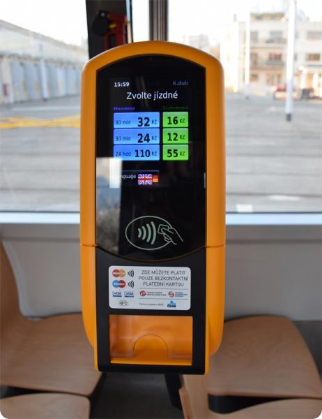 V pražských tramvajích je možné platit bezkontaktně platební kartou