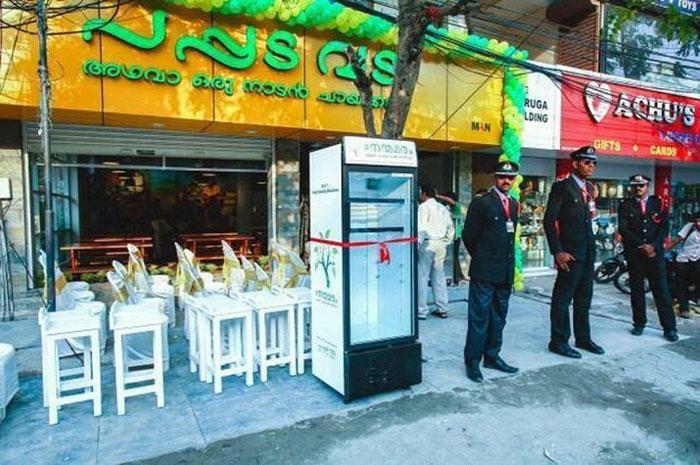 Indická restaurace vymyslela, jak zdarma krmit bezdomovce