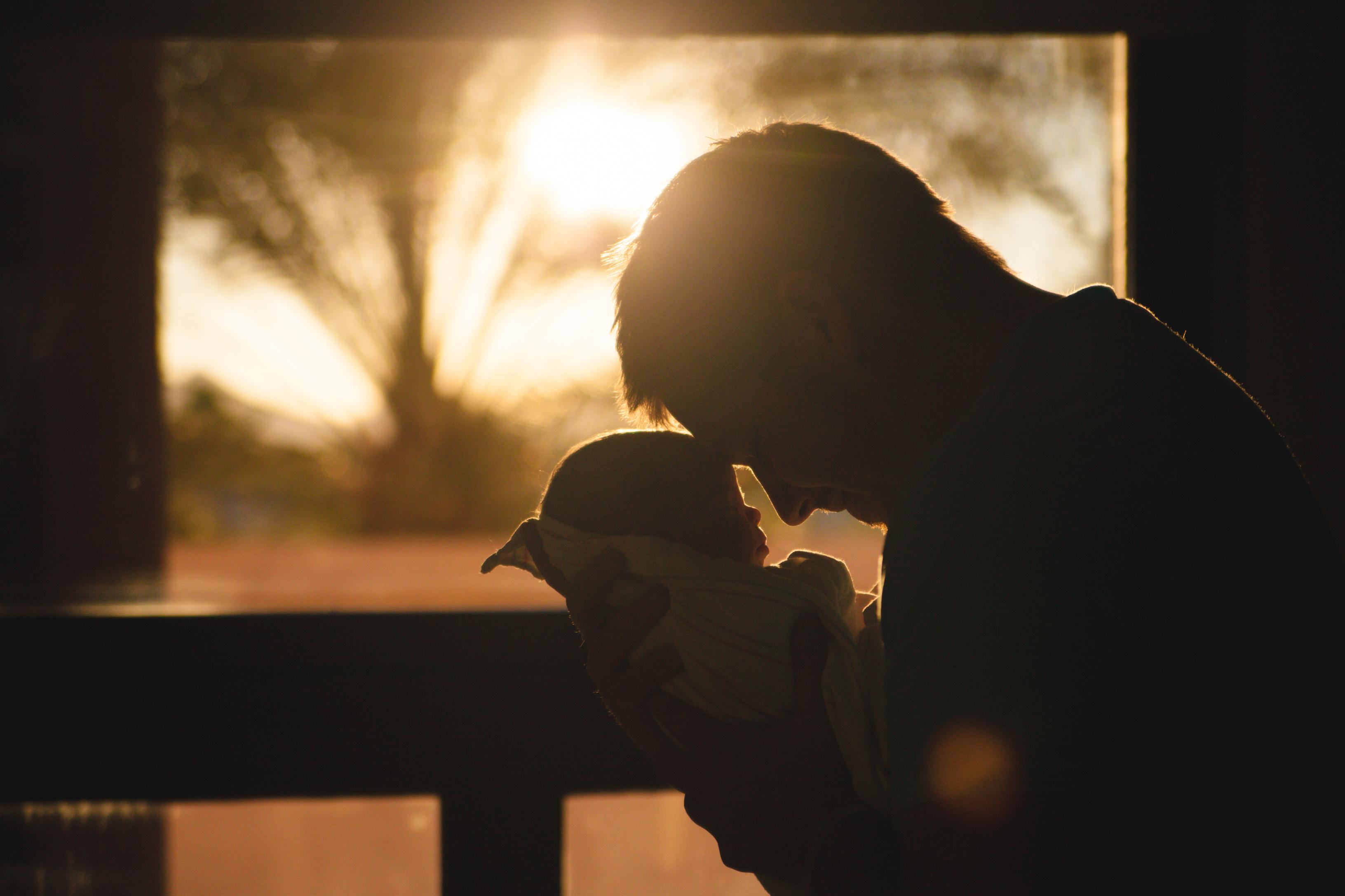 Vláda schválila placený týden dovolené pro čerstvé tatínky