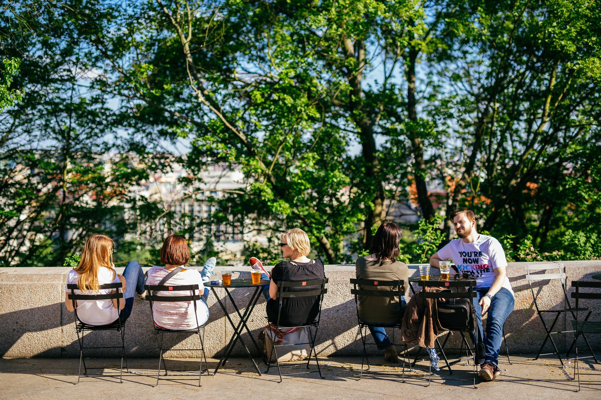 Nové židle a stolky oživily veřejná prostranství v Praze