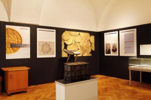 Dokumentace výstavy Uničovský zlatý poklad; Utajený příběh šibeničního vrchu; Handkeho sál; kurátor Filip Hradil.