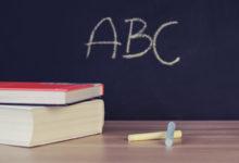 Učitelka podpořila studenty před testem motivačními vzkazy na lavici