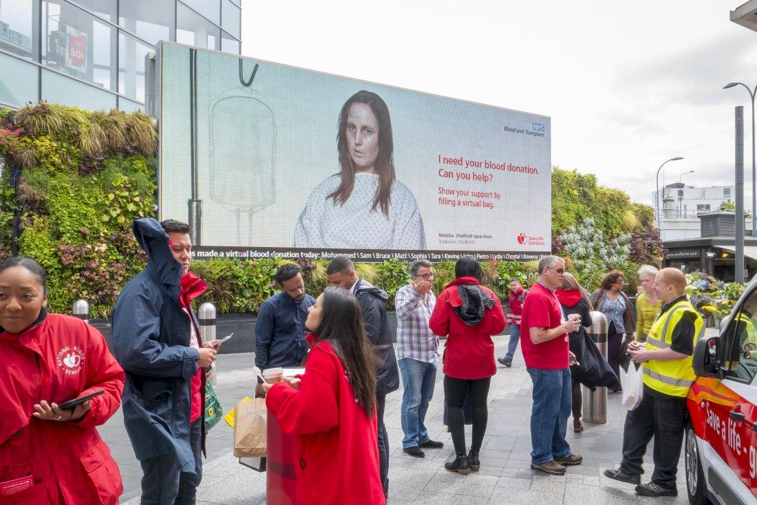 Britové vlévají nemocným do žil novou krev pomocí mobilů