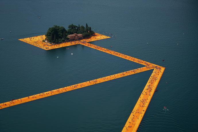 V Itálii vyrostla stezka přes hladinu jezera. Tvoří ji téměř čtvrtmilionu plastových kostek