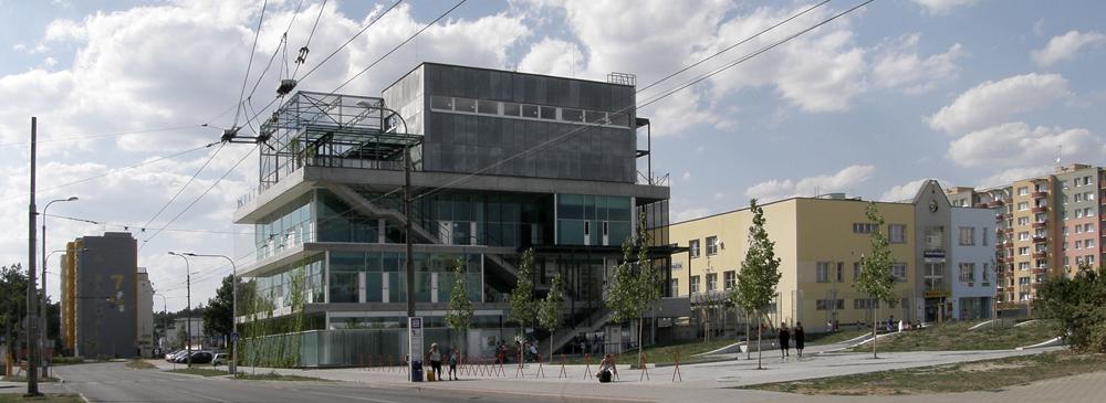 V Českých Budějovicích mohou děti nově využívat komunitní centrum s hřištěm na střeše