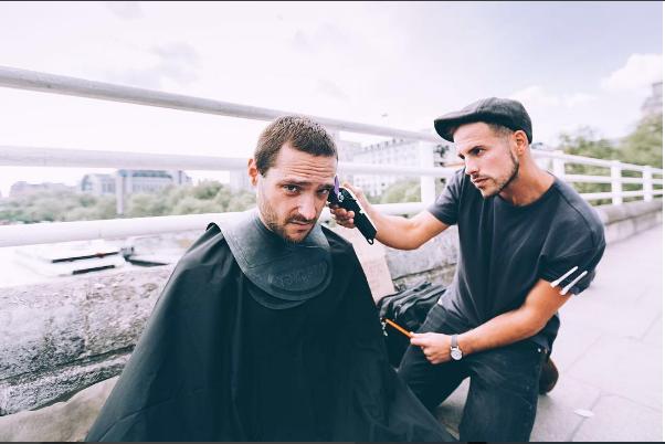 Londýnský kadeřník dopřává bezdomovcům stříhání zdarma