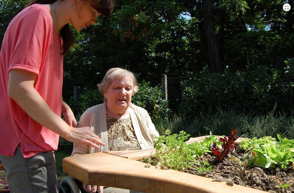 Senioři v Brně mohou nově využívat terapeutickou zahradu