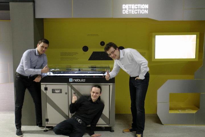 Čeští studenti vyvinuli unikátní mlžnou komoru. Nyní šíří osvětu v CERNu