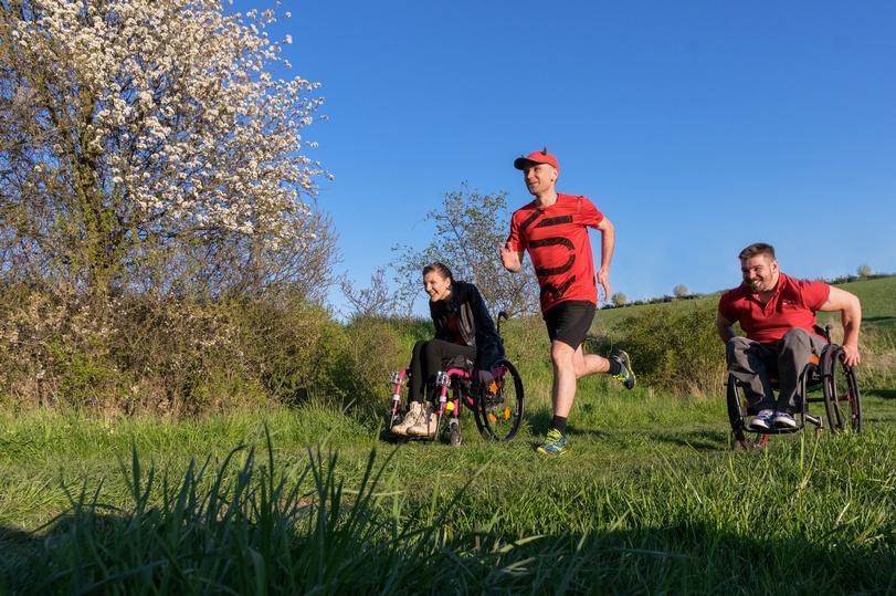 Ultramaratonec oběhl nejvyšší česká pohoří a pomohl tak vozíčkářům