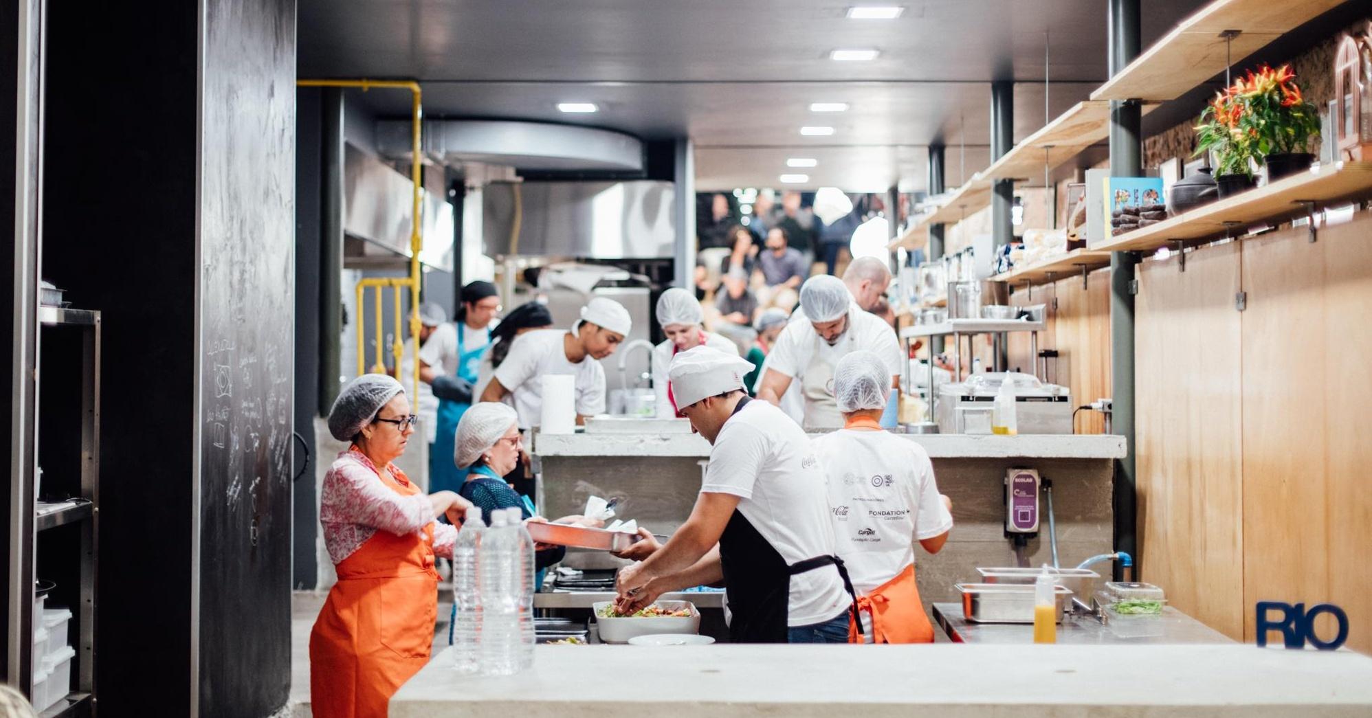 Neprodané potraviny z olympijské vesnice využívají špičkoví kuchaři na jídlo pro chudé Brazilce