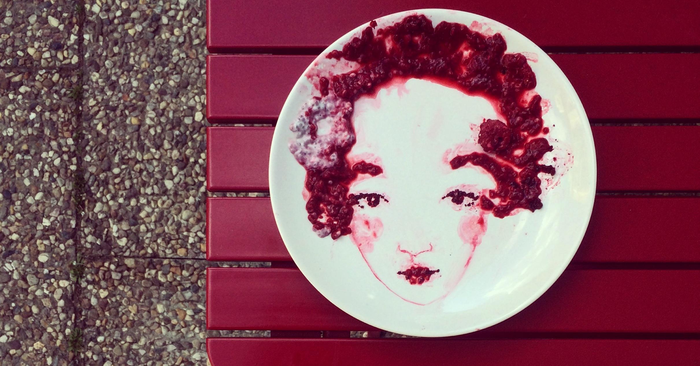 Česká umělkyně vytváří obrazy i ze zbytků dortu na talíři
