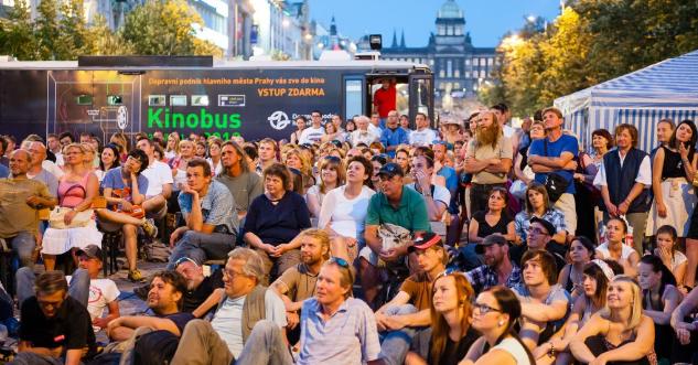 I na konci léta přiveze Kinobus Pražanům filmové zážitky až pod nos