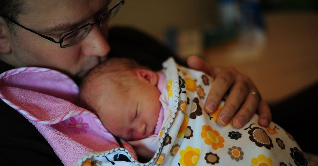 Poslanci v prvním čtení podpořili návrh otcovské dovolené