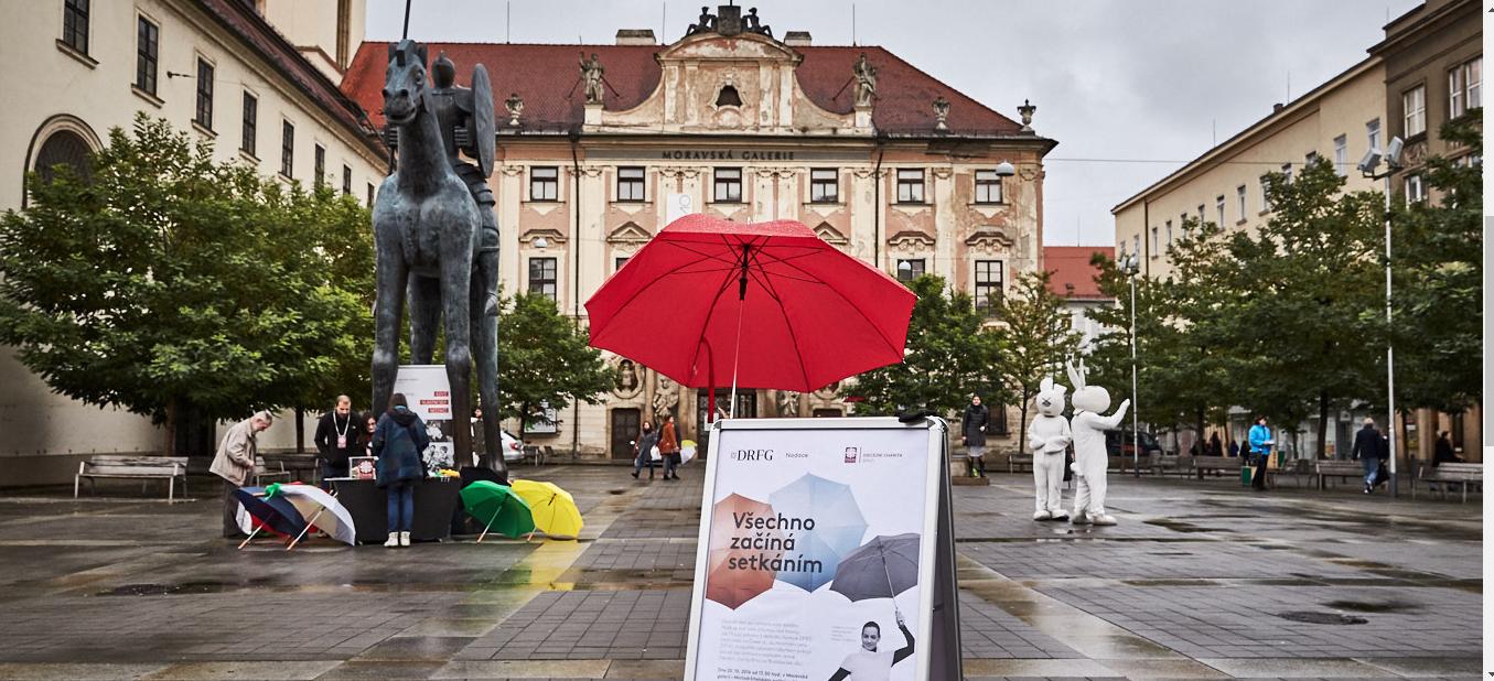 Brněnské deštníky, které zdobily centrum města, pomůžou potřebným