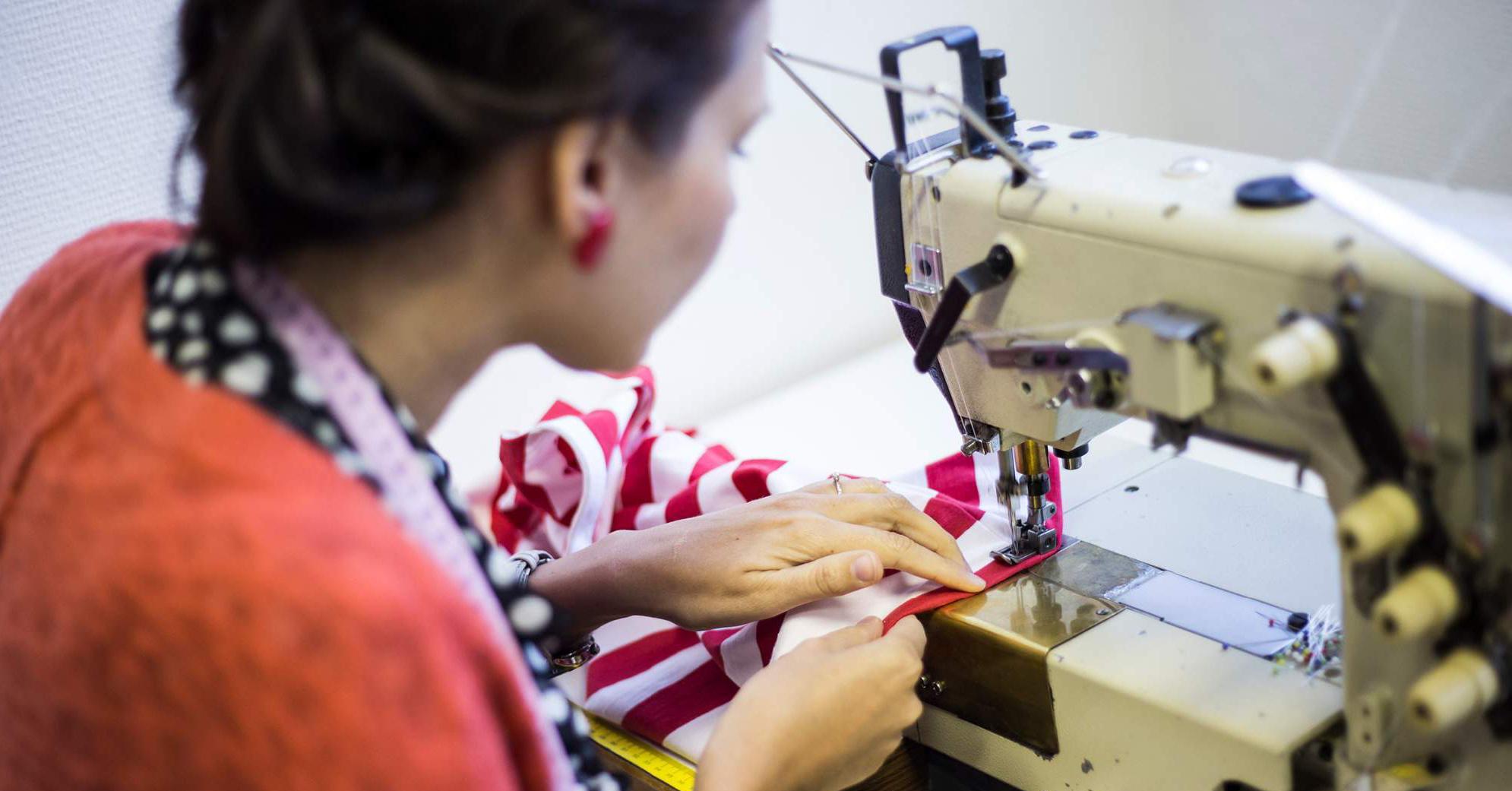 Česká návrhářka dává látkám připraveným na vyhození nový život