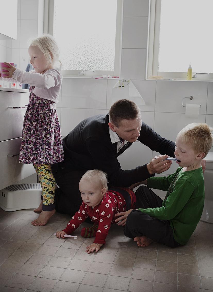 Švédský fotograf pořizuje reálné snímky otců na rodičovské dovolené
