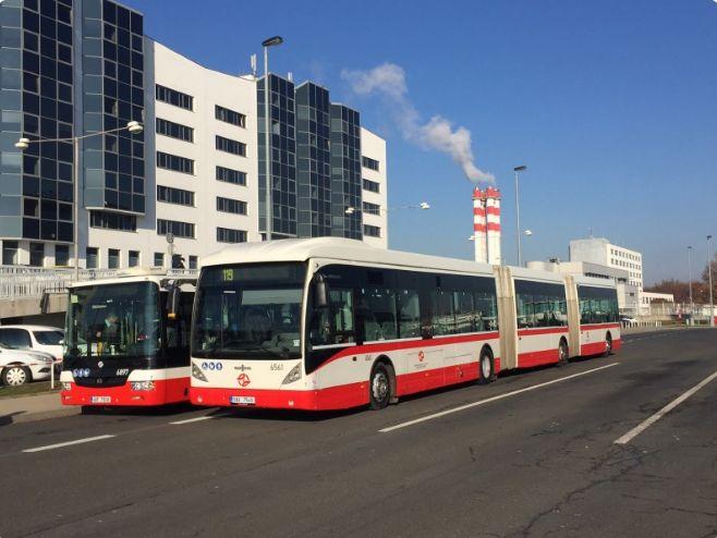 Vozový park pražské MHD doplnil nejdelší autobus v Česku