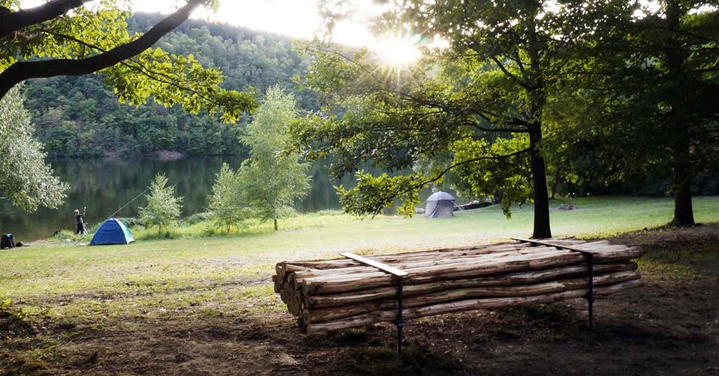 Český architekt vyrábí lavičky na míru a obdarovává výhledem
