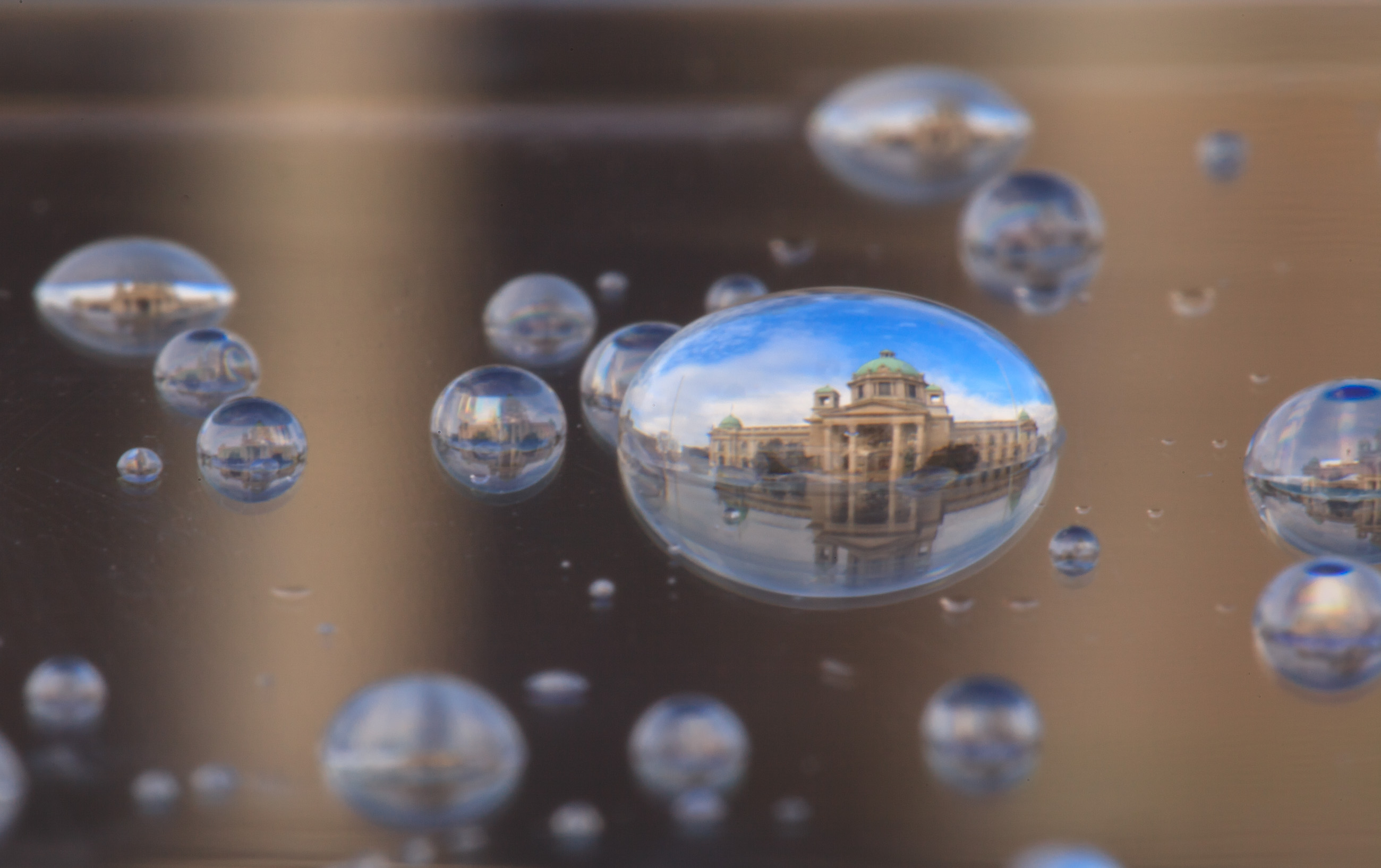 Srbský fotograf zachycuje krásu měst v kapkách vody
