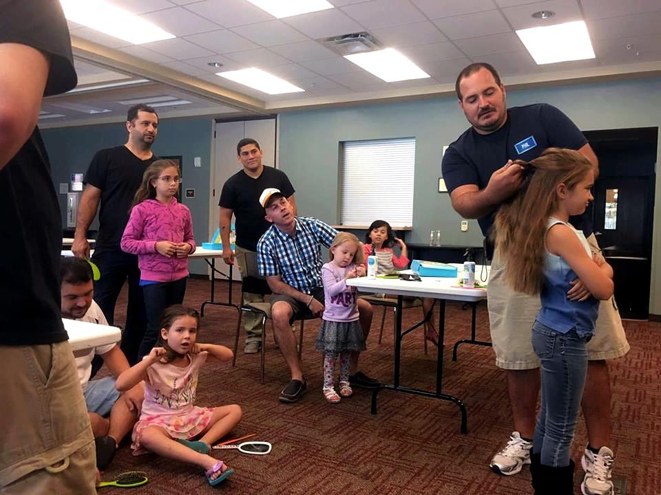 Organizace učí otce dělat dcerám účesy, zlepšuje tím vztahy