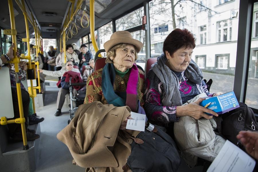 Stovky seniorů si užily předvánoční projížďku Prahou